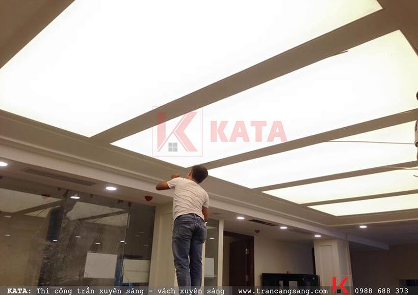 Thi công hoàn thiện hệ thống trần xuyên sáng